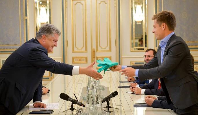 Порошенко повеселился с резиновыми изделиями после массового убийства в Крыму