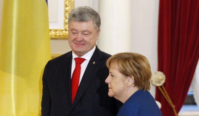 Оплеванный Порошенко встал на колени перед Меркель