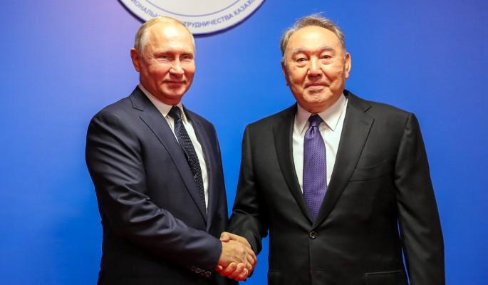 Путину на выставке в Петропавловске подарили завязанные в узел гвозди и казахский кнут