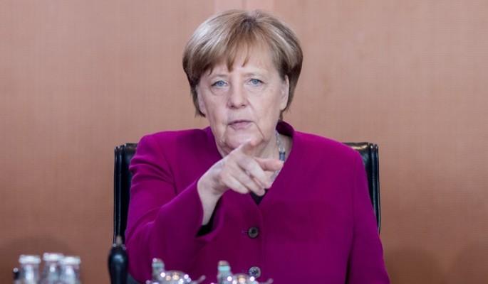 Уходящей на покой Меркель вставили нож в спину