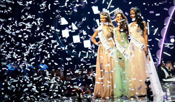 Королева красоты загорелась на церемонии награждения (видео)