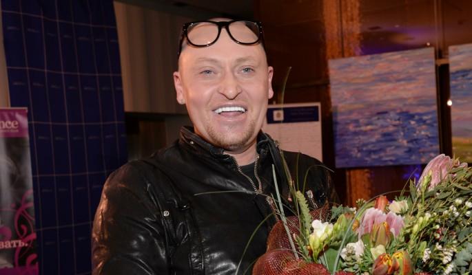 Лишившийся мужского органа известный певец запил после потери жилья