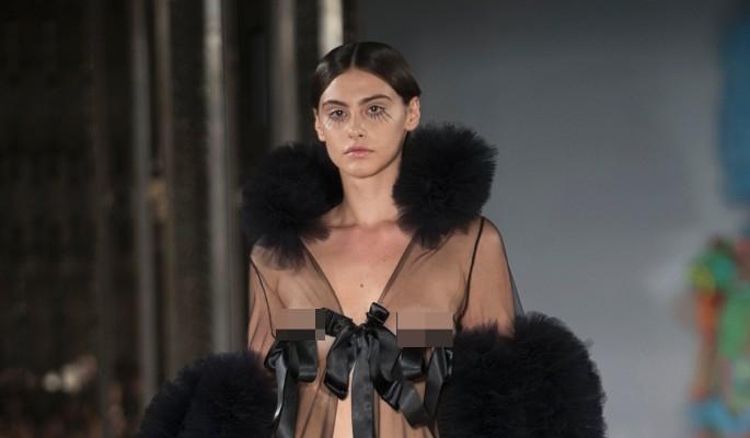 Модели оголили интимные части тела на модном показе