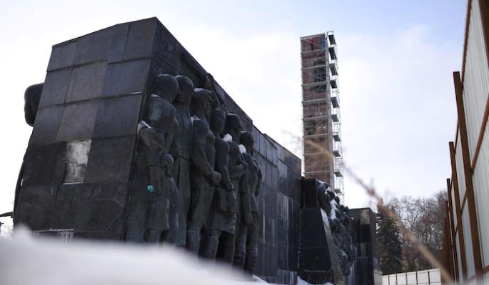 На Украине трое суток пытаются снести Монумент славы