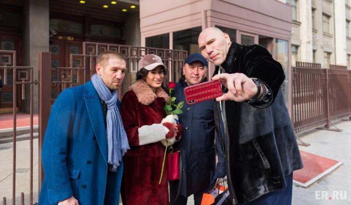 Депутаты поздравили женщин на улицах Москвы