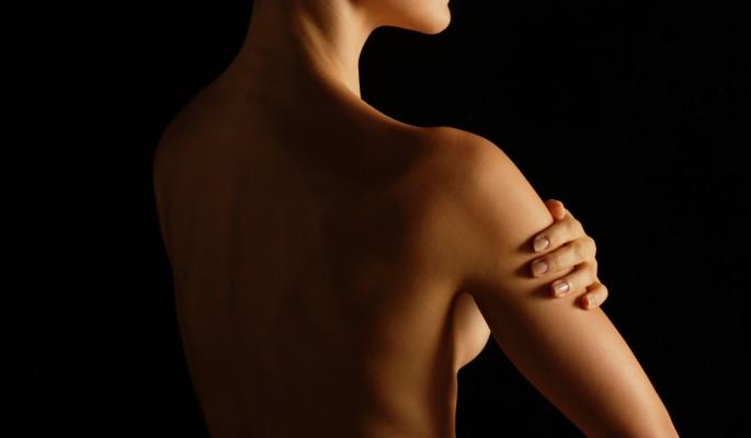 Знаменитая модель подразнила народ обнаженной грудью (видео)