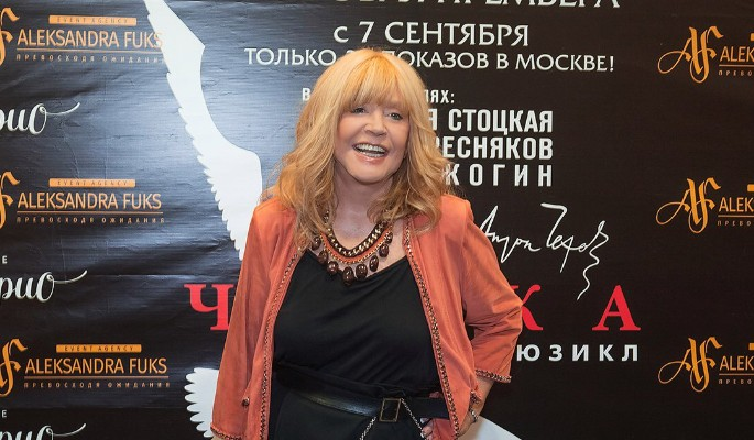 Юбиляршу Пугачеву выставили в прозрачной юбке