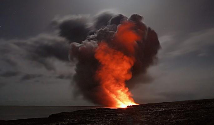 Народ в страхе ждет мощнейшего извержения вулкана (видео)