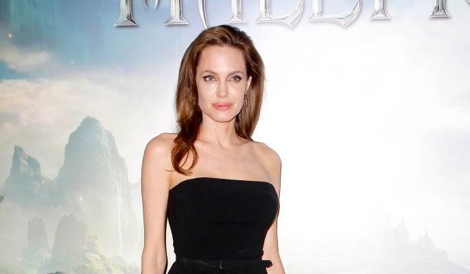 Разведенка Джоли показала тощие ноги
