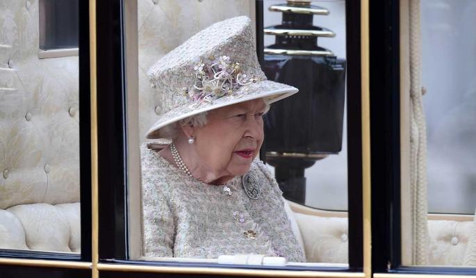 Перепуганная Елизавета II сбежала из дворца