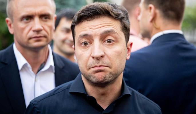 Упал в ноги Коломойскому ради денег: опубликован компромат на Зеленского
