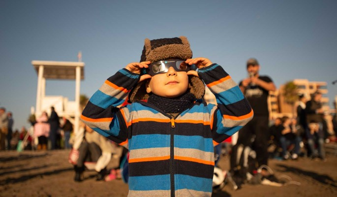 Опубликованы первые кадры полного солнечного затмения
