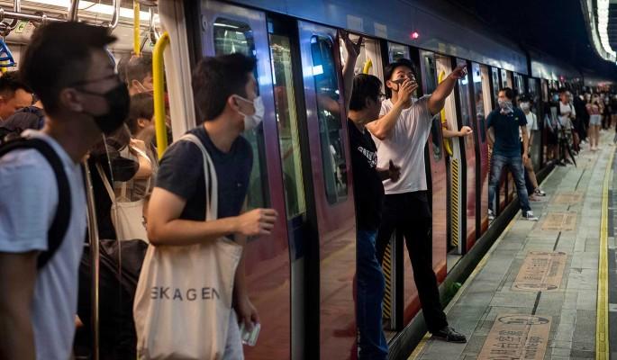 В Гонконге пассажиров метро избила вооруженная толпа