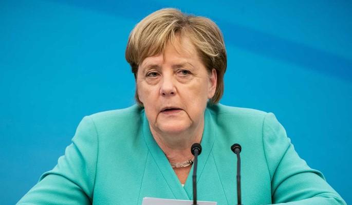 Дрожащую Меркель посадили в Китае