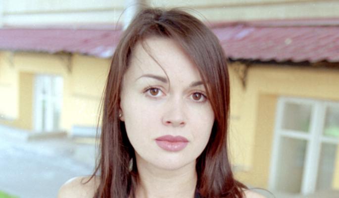 Встревоженные мать и муж срочно приехали в больницу к Заворотнюк