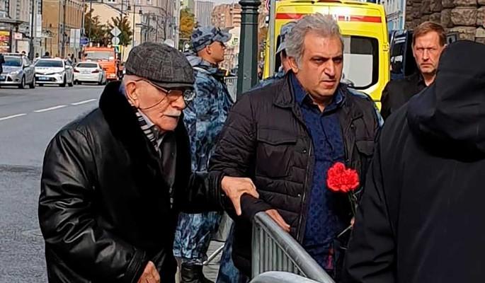 Немощного Джигарханяна под руки привели к гробу Захарова