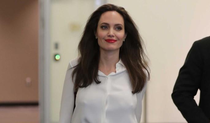 44-летняя Джоли оголилась на публике