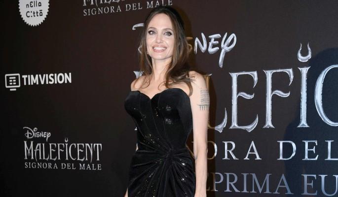 Рука у паха: дочь Джоли шокировала народ поведением на публике