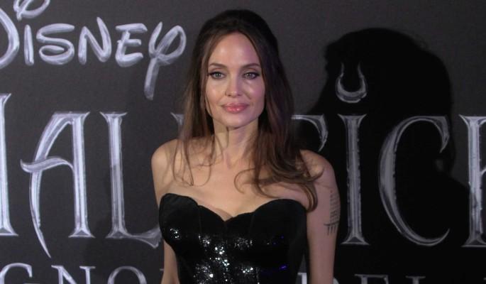 Накладная грудь: Джоли оплевали за нелепый вид на красной дорожке