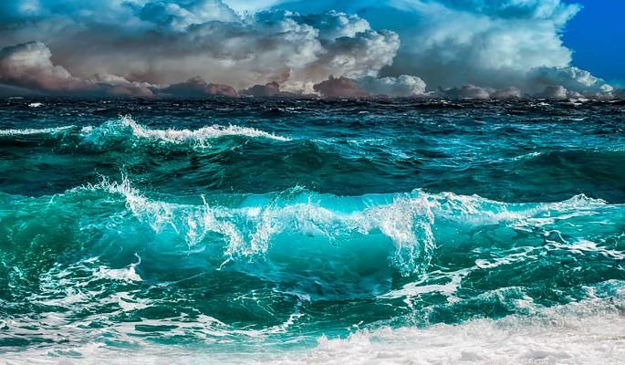 Огромная волна накрыла с головой туриста-экстремала