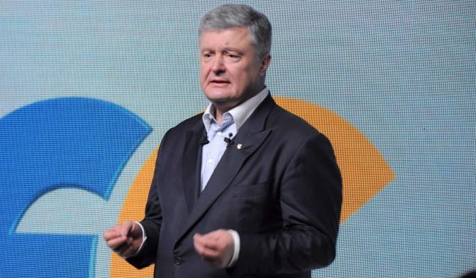 Покинувший Украину Порошенко упал на колени перед Западом