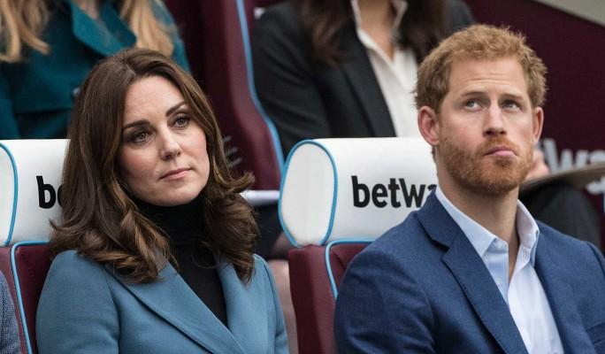 Принц Гарри публично ущипнул Кейт Миддлтон за интимное место