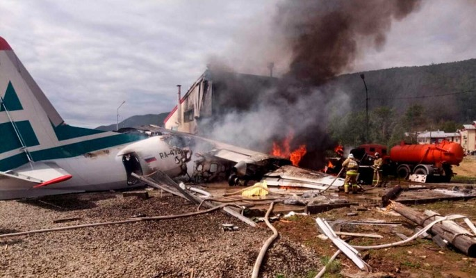 Путин наградил экипаж аварийно севшего Ан-24
