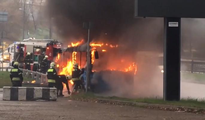 Сгоревший в Москве автобус попал на видео