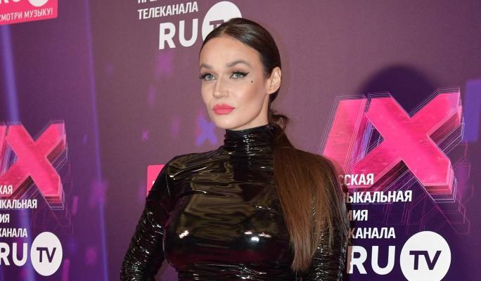 Водонаева в БДСМ-наряде появилась с сыном на красной дорожке