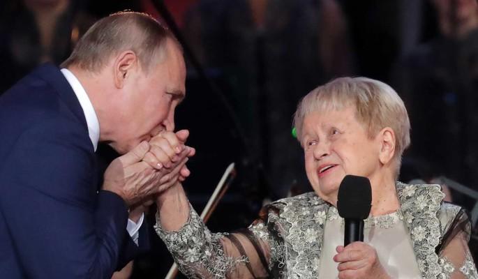 Путин наградил Александру Пахмутову орденом Андрея Первозванного