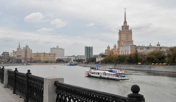 Пенная вечеринка: на набережной Москвы из-под земли забил фонтан