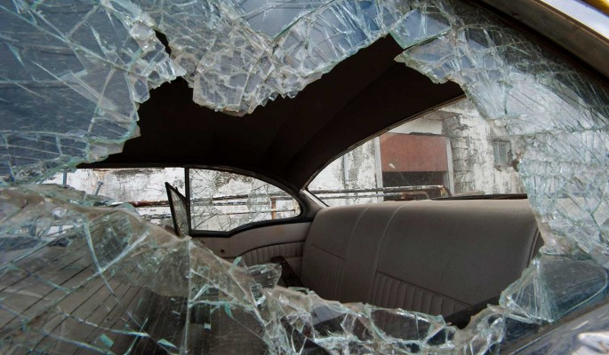 Злоумышленники разбили машину звезды