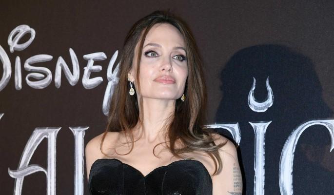 Джоли появилась на публике в странном виде