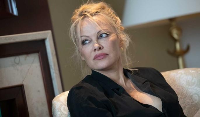 Памела Андерсон выставила напоказ пышную грудь