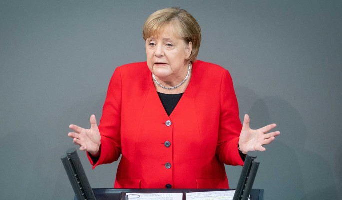 Падение Меркель на сцене сняли на видео