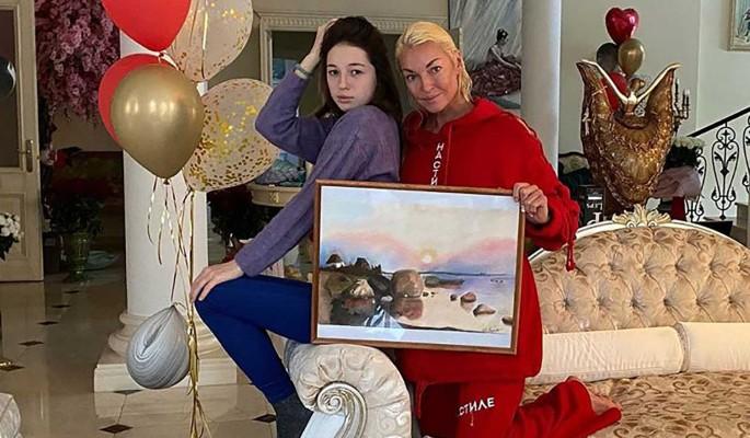 Дочь-подросток променяла Волочкову на новую пассию отца