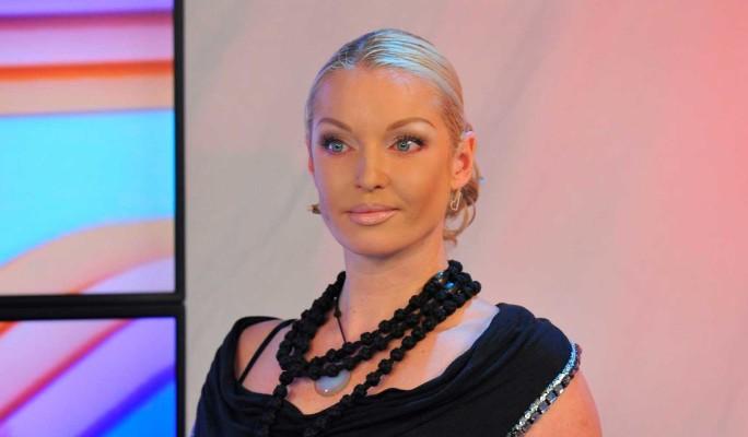 Анастасия Волочкова дважды села в лужу на глазах у всех