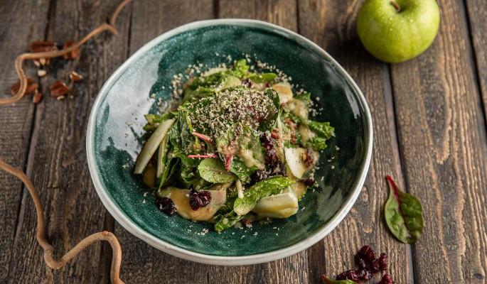 Постное меню: салат из шпината с клюквой и яблоком