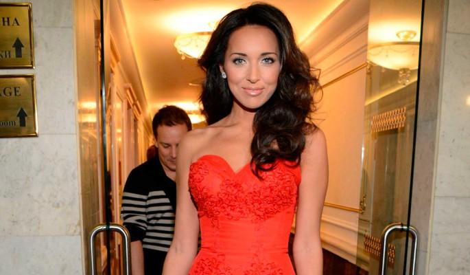 Замужнюю Алсу в платье с экстремальным вырезом сняли рядом с известным певцом