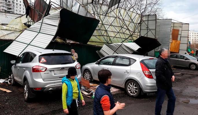 Есть пострадавшие: жуткий ураган разрушает Москву