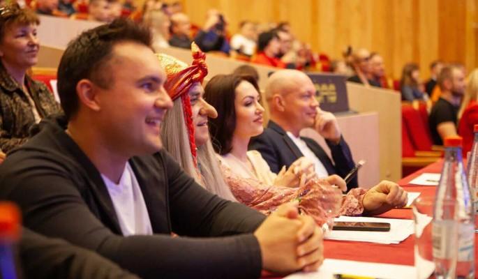 Президенту ТПП РФ Сергею Катырину подарили Бабу Ягу на экономическом форуме