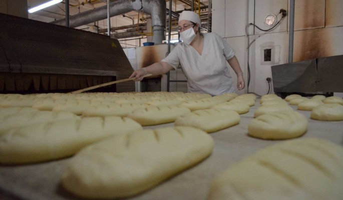 Без масок и с температурой: сотрудники продуктовых магазинов в России о работе в эпидемию
