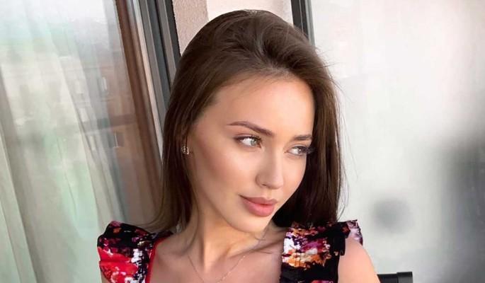 Жена Тарасова широко раздвинула ноги и скрючилась в стиле Волочковой