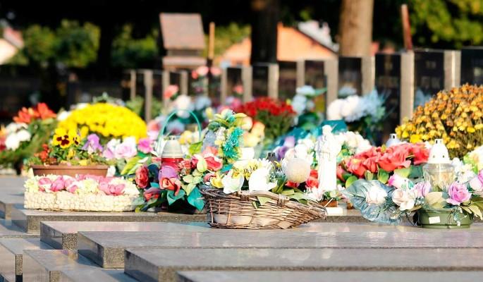 Лучше всех: дети несут цветы и игрушки к могиле внезапно умершего Галкина