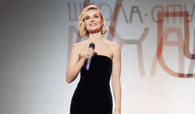 Полина Гагарина в леопардовом бикини решила сбежать от поклонников
