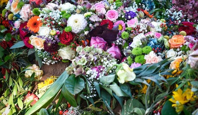 Оторвался тромб: рыдающие поклонники несут цветы умершему Лазареву