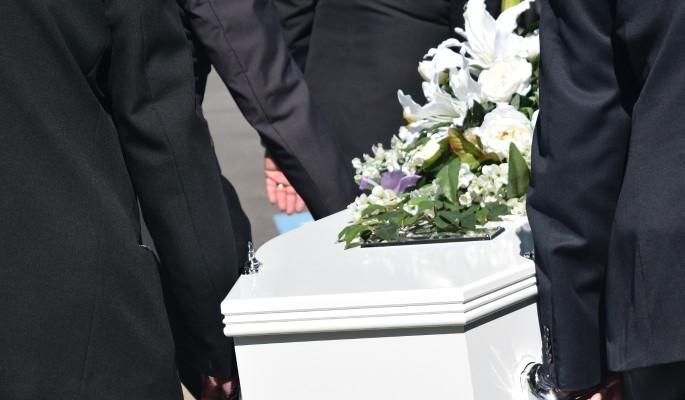 Гробы один за другим: смерть выкашивает семью знаменитого сатирика