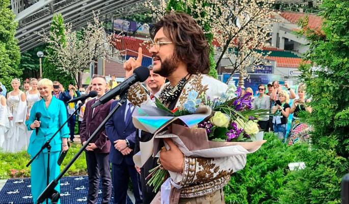 Киркорова в Витебске уложили рядом с Пугачевой (фото)