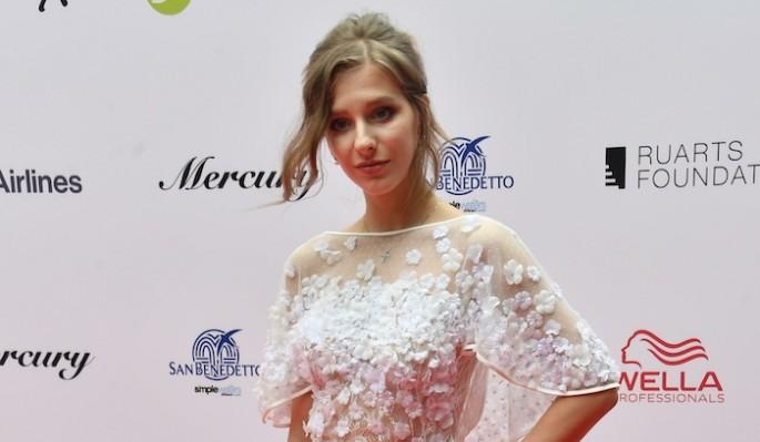 """""""Похоже на свадебный наряд"""": Арзамасова в белом платье удивила народ"""