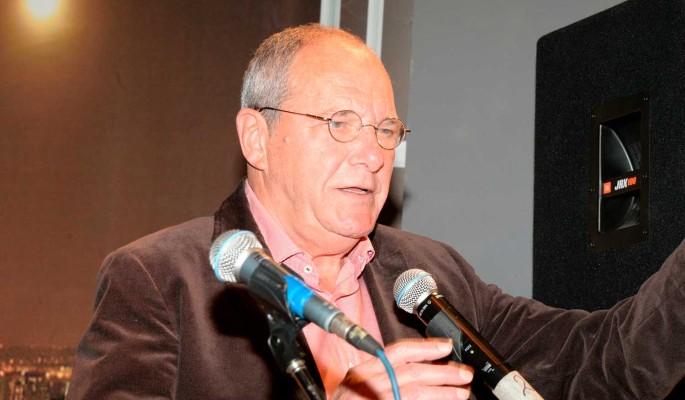 80-летний Эммануил Виторган стал неузнаваемым: Усы и безликая серая кофта